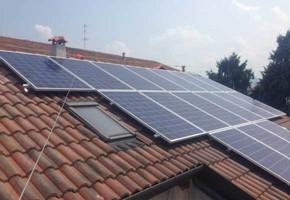 Taglia impianto fotovoltaico: 4,4 Kwp Località: Settimo Torinese (Torino) Moduli utilizzati: SOLON 245wp Inverter utilizzati: Solarmax
