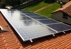 Taglia impianto fotovoltaico: 5 Kwp Località: Torbole Casaglia (Brescia) Moduli utilizzati: SOLON 235wp Inverter utilizzati: Power One