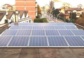 Taglia impianto fotovoltaico: 5,99 Kwp Località: Grugliasco (Torino) Moduli utilizzati: REC 235wp Inverter utilizzati: Power One Note: impianto su tetto piano